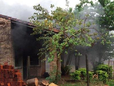 Por celos quemó la casa y amenazó de muerte a su doña