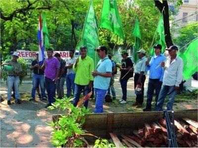 Los campesinos se manifestaron sin violencia por un plan de producción