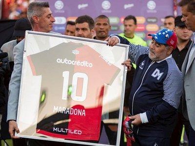 El Newell's tributa emotivo homenaje a Maradona pero luego cae goleado