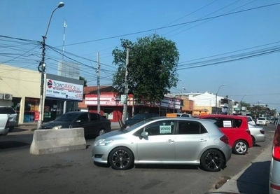 HOY / Tierra de nadie: venta de autos en paseo central de ruta 2