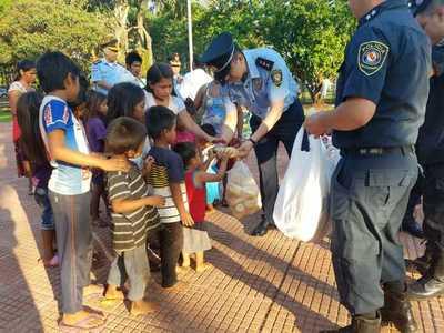 """Policías hacen """"vaquita"""" y llevan desayuno a niños indígenas"""