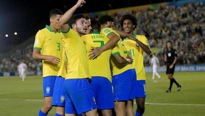 3-0: Brasil golea con uno menos y se mete en octavos