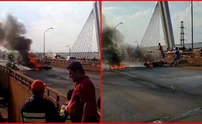 Tras chocar contra un vehículo una moto fue consumida por las llamas