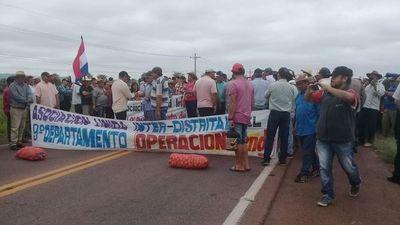 Productores de papa y cebolla cierran ruta en Carapeguá