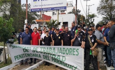 """HOY / Guardiacárceles no aflojan en  ir a huelga y 'desnudan' traba  legal: """"A algo le tienen miedo"""""""