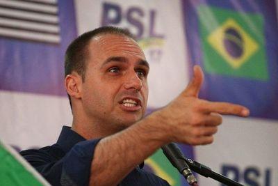 Hijo diputado de Bolsonaro menciona posible restauración de la dictadura en Brasil