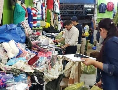 HOY / Mercado 4: allanan comercios bolivianos e incautan ropas falsificadas