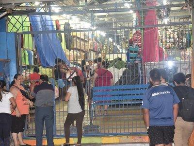 Incautan prendas falsificadas de tiendas del Mercado 4