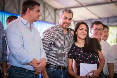 Misiones: Ejecutivo entrega becas a casi mil jóvenes y distribuye aportes sociales