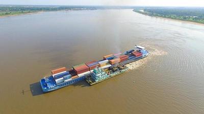 Embarcación queda varada en Pilar como consecuencia de la bajante