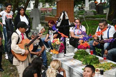 Mexicanos se encuentran con sus difuntos durante el Día de Muertos