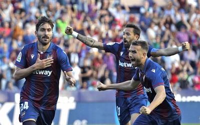 Levante sorprende y remonta al Barcelona