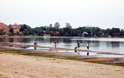 El agua cede ante la arena en el lago
