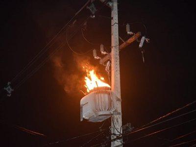 Transformador en llamas dejó sin luz al rollo