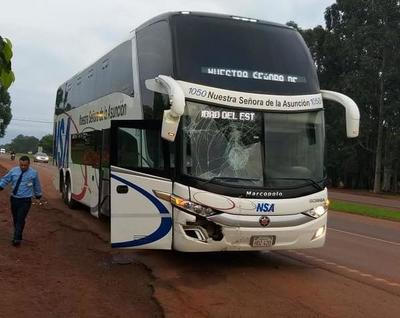 Bus choca contra motocarro