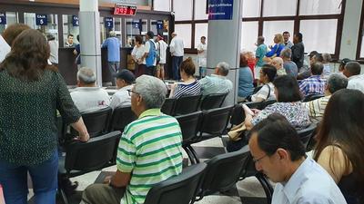 Más de 60.000 jubilados cobran desde hoy salario y aguinaldo