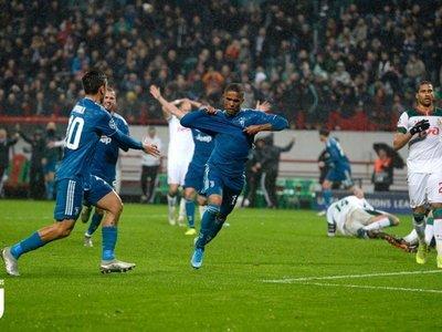 Douglas Costa clasifica a Juventus bajo el diluvio