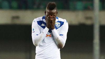 Hellas Verona expulsa a hincha por insultos racistas contra Balotelli
