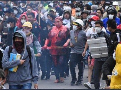 Una turba incendia un ayuntamiento y veja a su alcaldesa en Bolivia