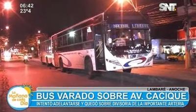Bus se queda incrustado en separador de Cacique Lambaré