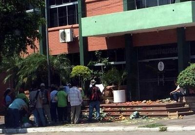 Funcionarias de municipalidad de Villa Hayes inician huelga de hambre