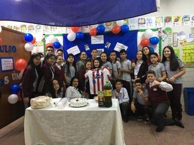 Con festejo recibieron en el colegio a albirrojito C13