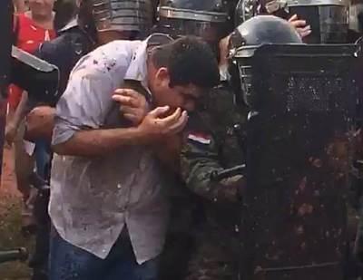 Corren a huevazos a intendente de Arroyito (video)