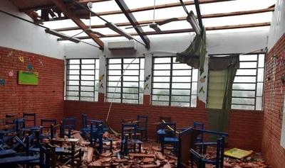 HOY / Reportan destrozos en varias ciudades tras tormenta: tinglado de un colegio se vino abajo