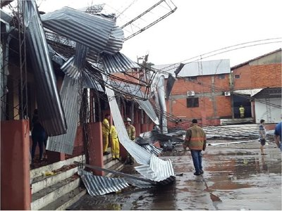 Temporal con vientos huracanados causa destrozos en Ñemby y Villa Elisa