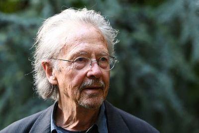 Polémica en Austria por supuesto pasaporte yugoslavo del nobel Peter Handke