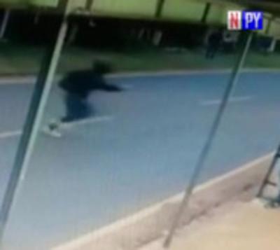 Motochorros atacan a una joven para robarle el celulares