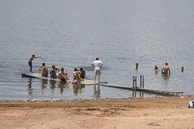 """Hinchas """"veranean"""" en las contaminadas aguas de la Bahía de Asunción"""