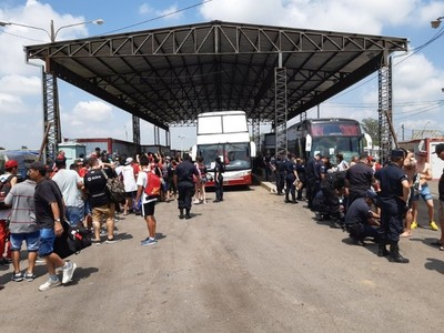Hinchas de Colón siguen ingresando a Paraguay en forma masiva: