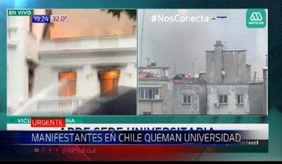 Manifestantes queman histórica universidad de Chile