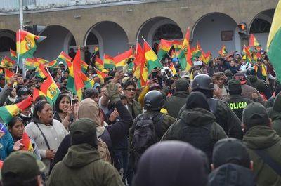 Bolivia: Un gobernador y dos alcaldes oficialistas renuncian en plena crisis