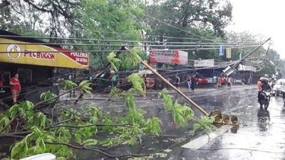 HOY / Varios barrios de Asunción y Central continúan sin luz tras el temporal del sábado