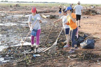 Jóvenes limpiaron hoy ribera del río Paraguay