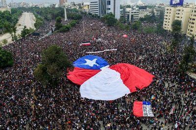 Gobierno de Chile accede a cambiar la Constitución como lo clama la calle
