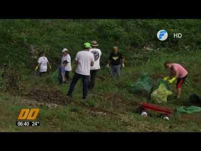 Voluntarios limpiaron la zona de la Costanera