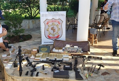 Incautan arsenal en grupo habitacional de Caacupé