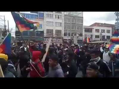 """""""Al grito de """"Ahora sí, guerra civil"""" multitud enfurecida simpatizante de Evo Morales llega a La Paz"""