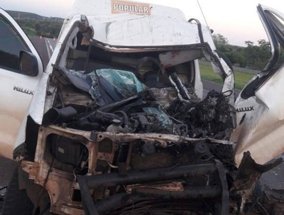 HOY / Aparatoso choque entre camión y móvil de diario en Alto Paraná