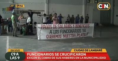 Funcionarios de comuna lambareña se crucifican exigiendo pago de salarios
