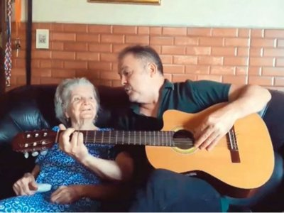 Cantando y bailando ayuda a su mamá con alzhéimer
