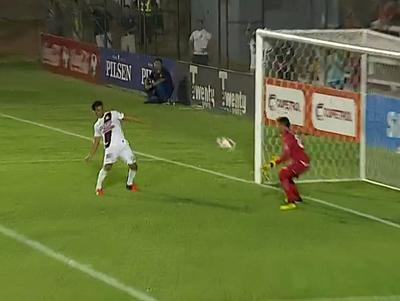 Montiel y el desafortunado rebote que casi termina en gol