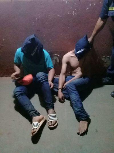 Detienen a dos personas que se paseaban con dos fusiles sobre una moto en Lima