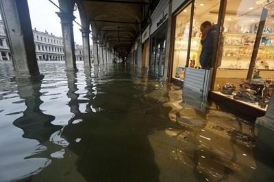"""""""Devastación apocalíptica"""": La segunda mayor marea en Venecia deja dos muertos y el 80 % de la ciudad inundada"""
