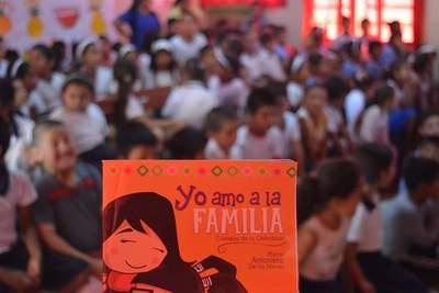 """Libro de la """"Chilindrina"""" hace prevención del abuso sexual infantil"""