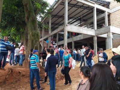 Caazapá: Manifestantes toman edificio en construcción del IPS