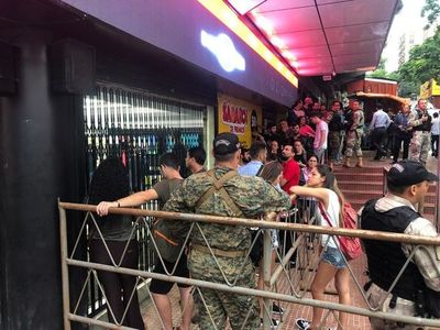 Fila de compradores en primer día del Black Friday en CDE